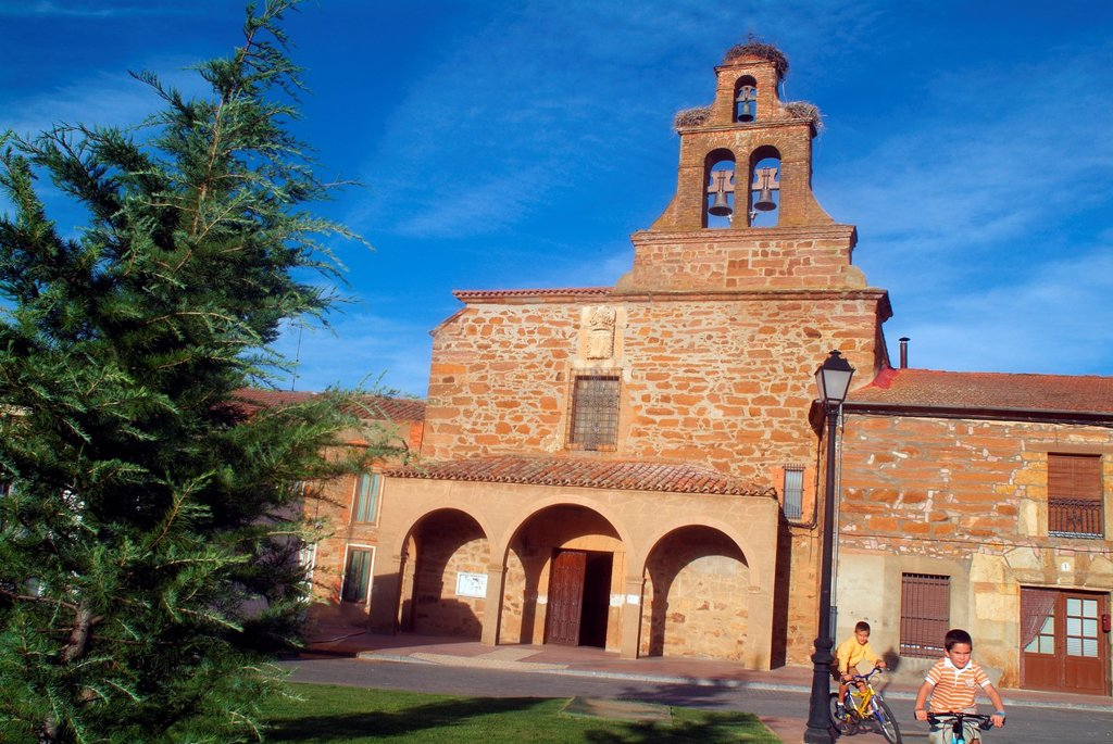 Stock Photo: 1566-1123971 Children playing in the Plaza Mallor of Tabara, Church of the Assumption, Tabara, Zamora, Castilla y Leon, Spain