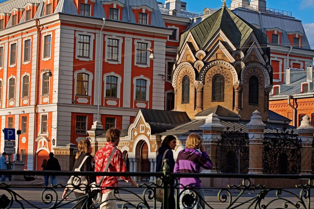 Small church behind the Church of the Savior on Spilled Blood, Saint Petersburg, Russia. : Stock Photo