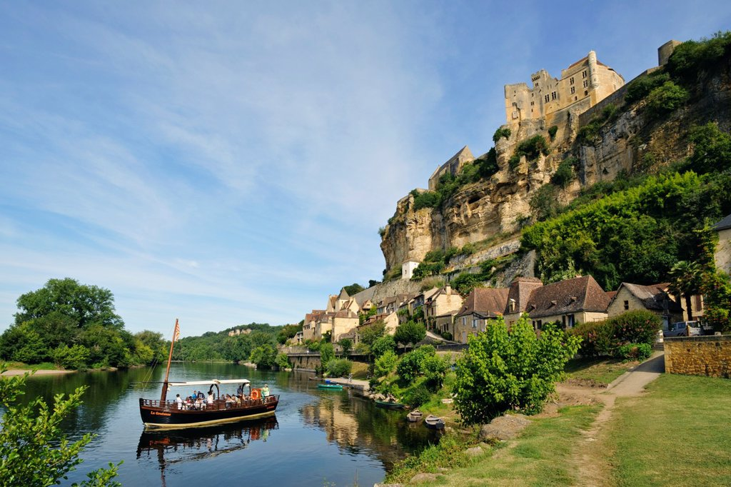 Boat tour on the Dordogne river in front on the Château de Beynac, Dordogne, Aquitaine, France : Stock Photo