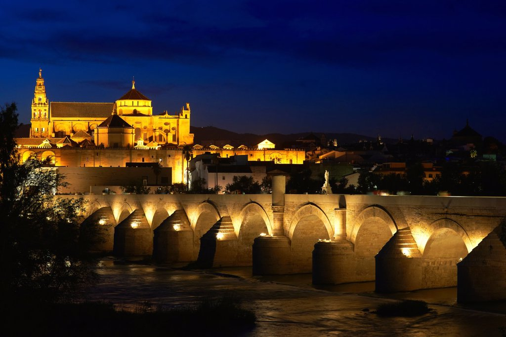 Guadalquivir river, Roman bridge and mosque-cathedral at Dusk  Córdoba  Andalusia  Spain : Stock Photo