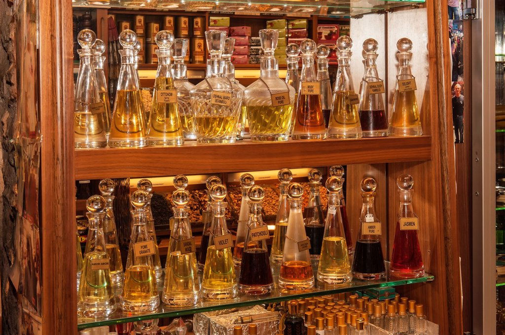 Stock Photo: 1566-1137063 Bottles filled with perfume essence, Egyptian bazaar, Istanbul, Turkey