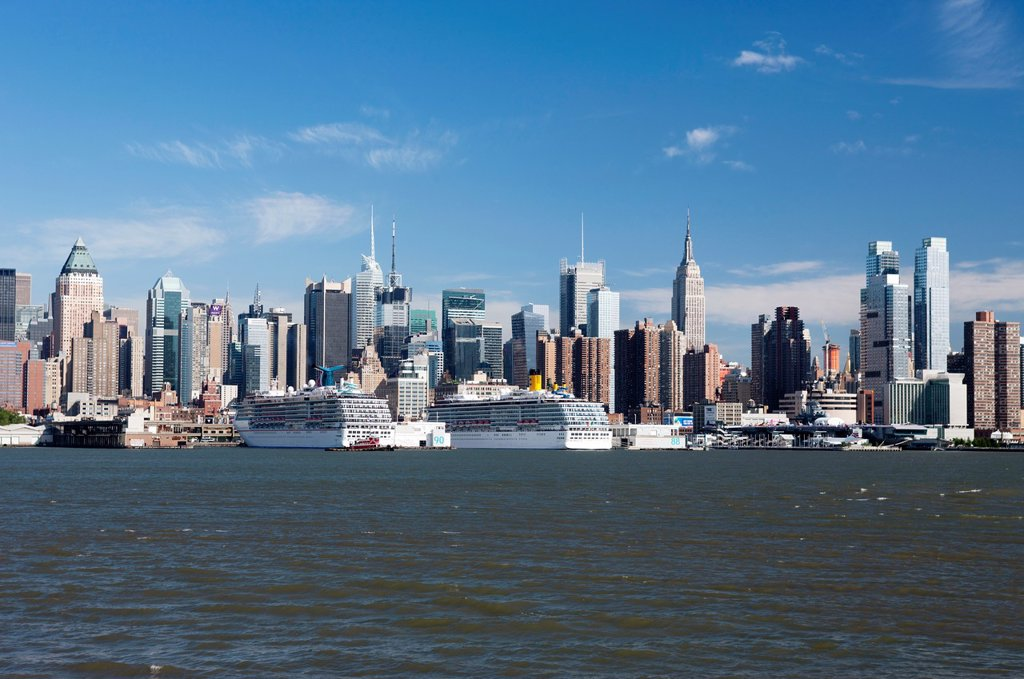 CRUISE SHIPS MIDTOWN SKYLINE HUDSON RIVER MANHATTAN NEW YORK USA : Stock Photo