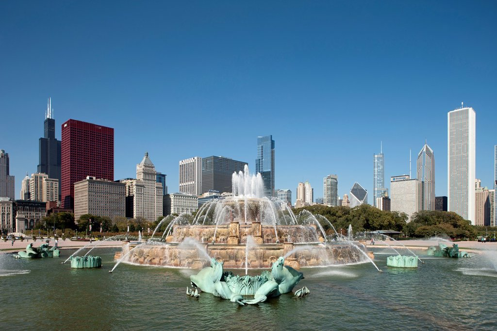 Stock Photo: 1566-1148713 BUCKINGHAM FOUNTAIN DOWNTOWN SKYLINE GRANT PARK CHICAGO ILLINOIS USA