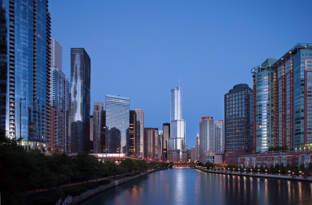 CHICAGO RIVER WALK THE LOOP DOWNTOWN SKYLINE CHICAGO ILLINOIS USA : Stock Photo