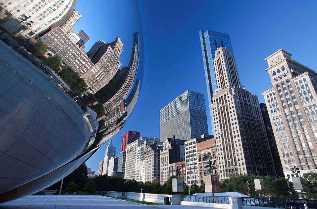 SKYLINE REFLECTED IN CLOUDGATE SCULPTURE DOWNTOWN CHICAGO ILLINOIS USA : Stock Photo