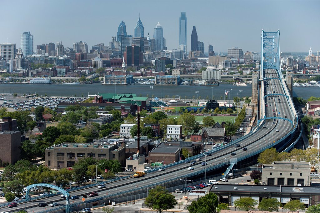 BEN FRANKLIN BRIDGE OVER DELAWARE RIVER DOWNTOWN SKYLINE PHILADELPHIA PENNSYLVANIA USA : Stock Photo