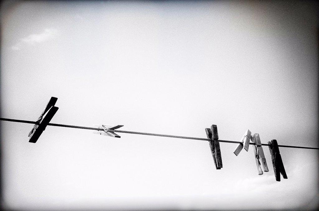 cuerda de tender la ropa con tres pinzas , clothesline rope with three clamps : Stock Photo