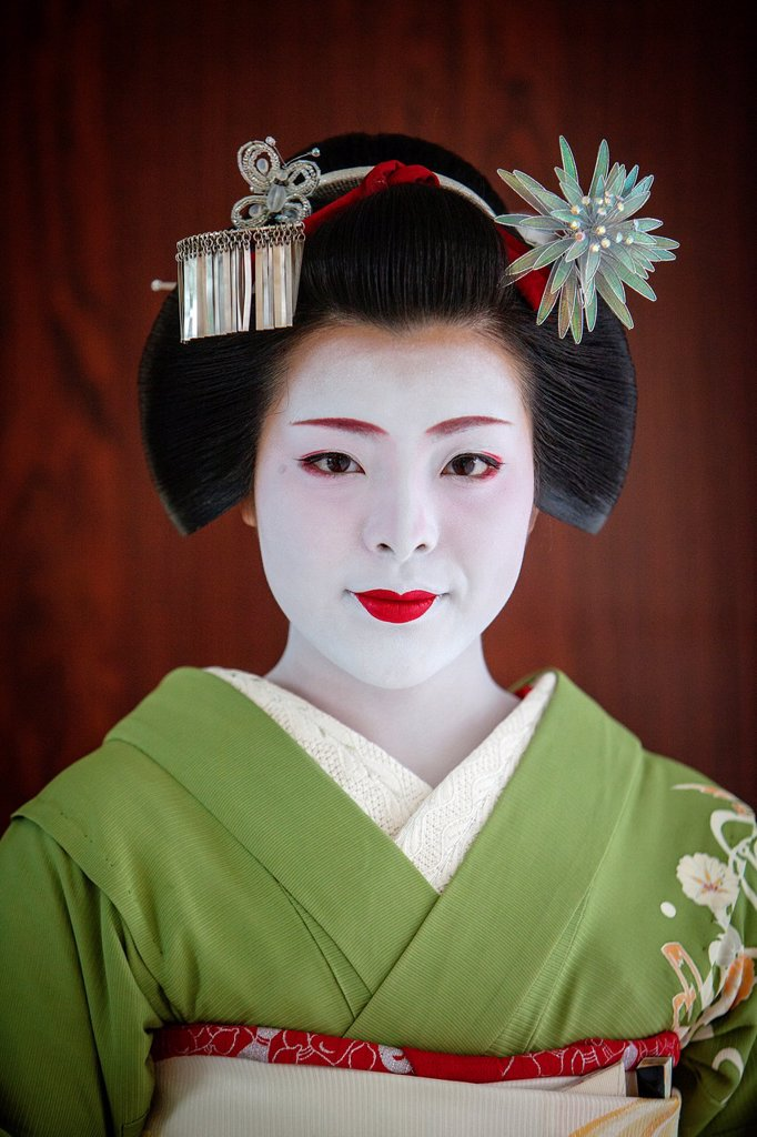 Fukukimi,´maiko´ geisha apprentice from Ishihatsu okiya house of geishas Geisha´s distric of Miyagawacho Kyoto  Kansai, Japan : Stock Photo