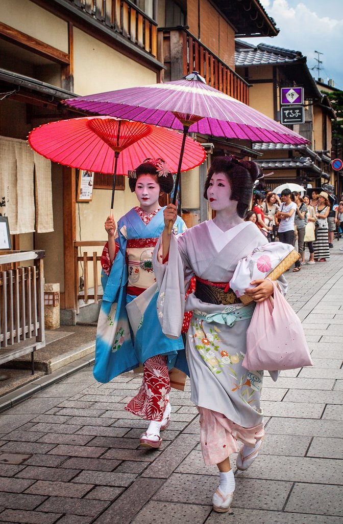 Stock Photo: 1566-1159275 Geisha and ´maiko´ geisha apprentice in Hanamikoji dori street Geisha´s distric of Gion Kyoto  Kansai, Japan