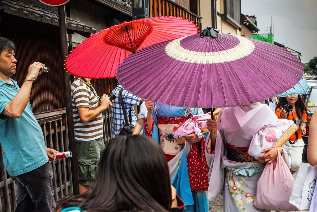 Stock Photo: 1566-1159278 Geisha and ´maiko´ geisha apprentice in Hanamikoji dori street Geisha´s distric of Gion Kyoto  Kansai, Japan