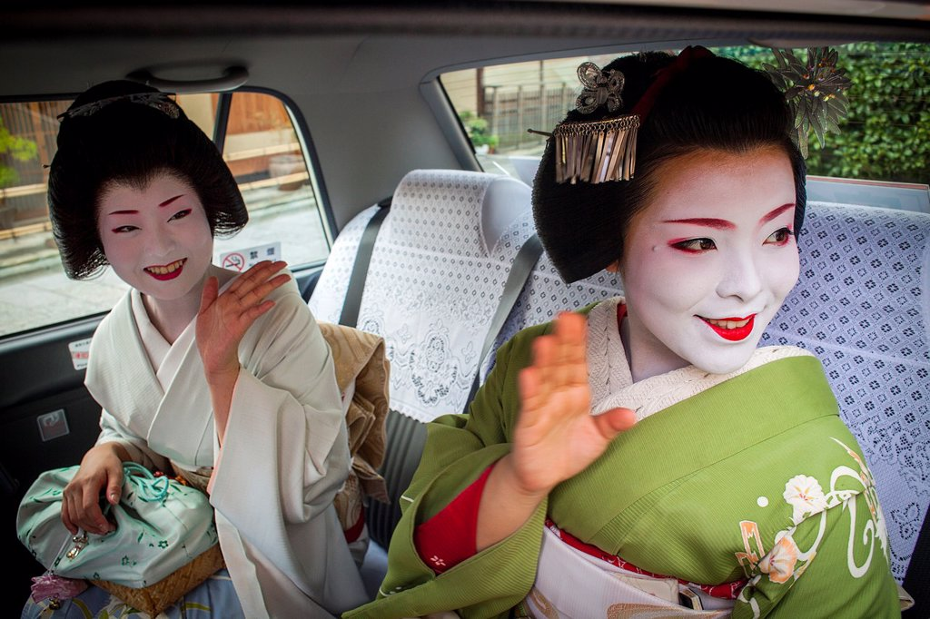 Stock Photo: 1566-1159292 Fukuyu,geisha and Fukukimi,´maiko´ geisha apprenticein taxi going to work They say goodbye at Oka san  Geisha´s distric of Miyagawacho Kyoto  Kansai, Japan