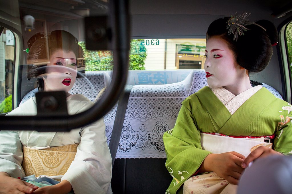Fukuyu,geisha and Fukukimi,´maiko´ geisha apprenticein taxi going to work Geisha´s distric of Miyagawacho Kyoto  Kansai, Japan : Stock Photo