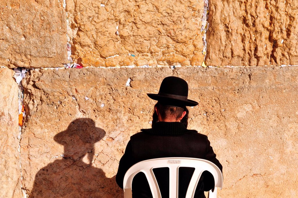 A Jewish orthodox man prays at the Western Wall in the old city of Jerusalem, Israel : Stock Photo