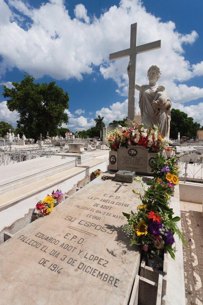 Stock Photo: 1566-1164785 Cuba, Havana, Vedado, Necropolis Cristobal Colon cemetery, monument to Amelia Goyri, La Milagrosa, most visited tomb
