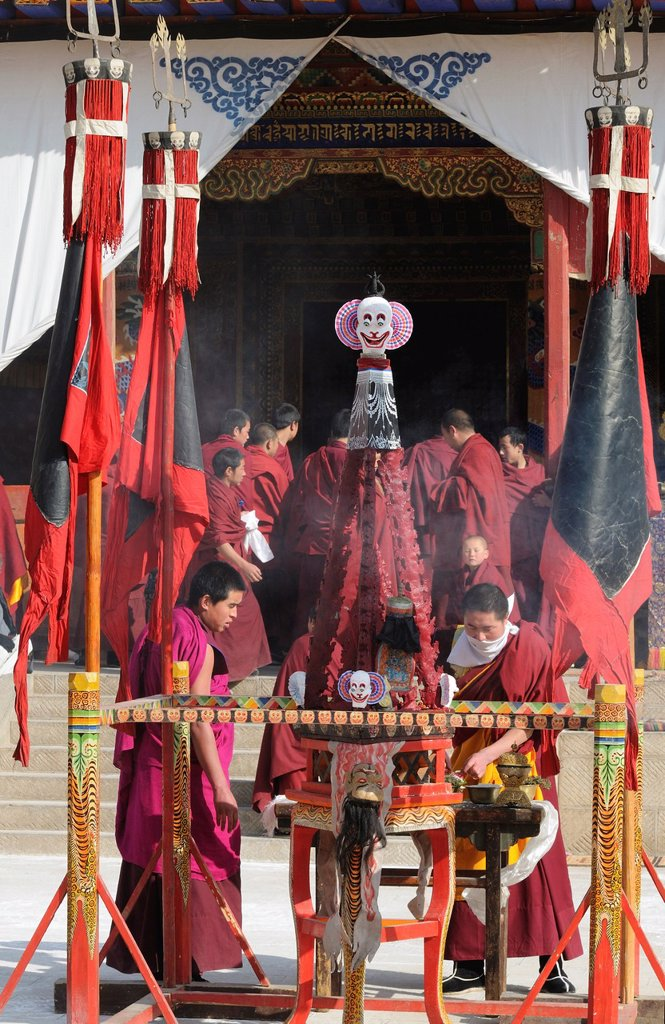 China, Qinghai, Amdo, Tongren Rebkong, Lower Wutun monastery, Losar New Year festival, Giant torma offering cake symbolising evil forces : Stock Photo