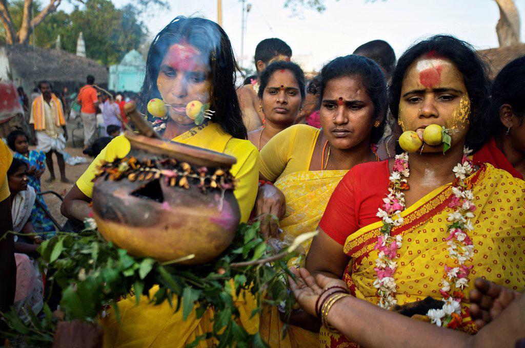 Devotes at Mel Malaiyanur temple  Mel Malaiyanur Melmalaiyanur, Gingee, Tamil Nadu, India. : Stock Photo
