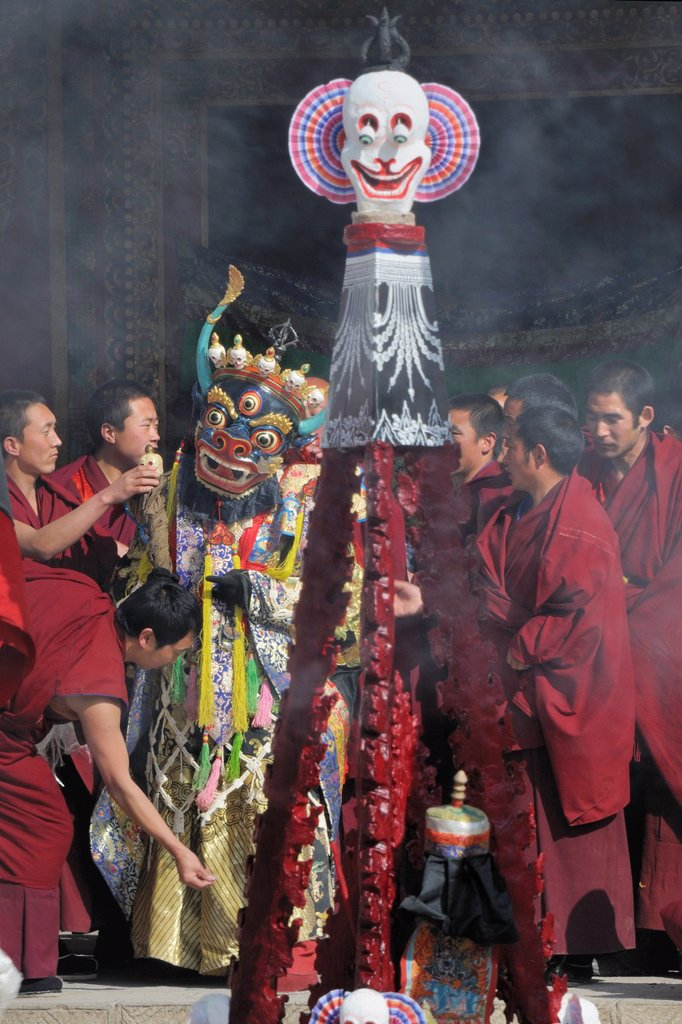 Stock Photo: 1566-1168053 China, Qinghai, Amdo, Tongren Rebkong, Lower Wutun monastery, Losar New Year festival, Getting ready for the masked dance