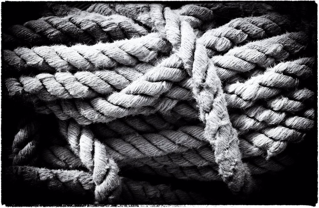 Stock Photo: 1566-1173998 cuerdas y cabos en cubierta de barco de epoca, ropes and ends on vintage yacht deck,
