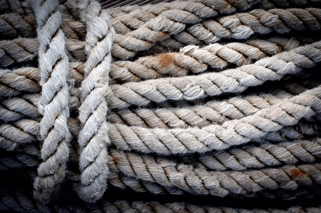 Stock Photo: 1566-1173999 cuerdas y cabos en cubierta de barco de epoca, ropes and ends on vintage yacht deck,