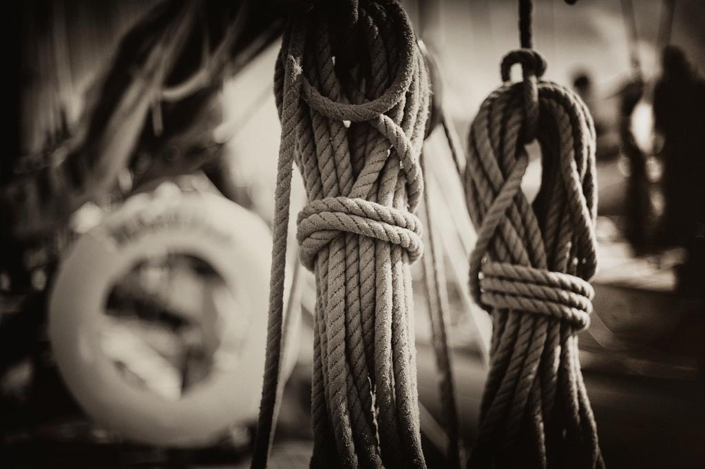 cuerdas y cabos en cubierta de barco de epoca, ropes and ends on vintage yacht deck, : Stock Photo