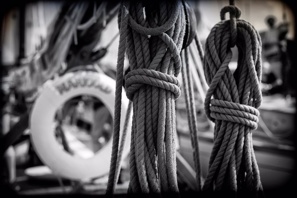 cuerdas y cabos en cubierta de barco de epoca, ropes and ends on vintage yacht deck, : Stock Photo
