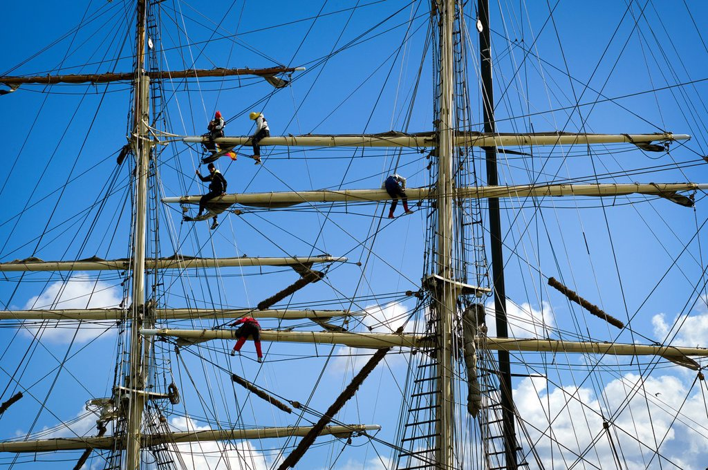 Stock Photo: 1566-1178410 Detalle de marineros trabajando en los mastiles de un barco de epoca, Detail of sailors working on the masts of a vintage yacht,