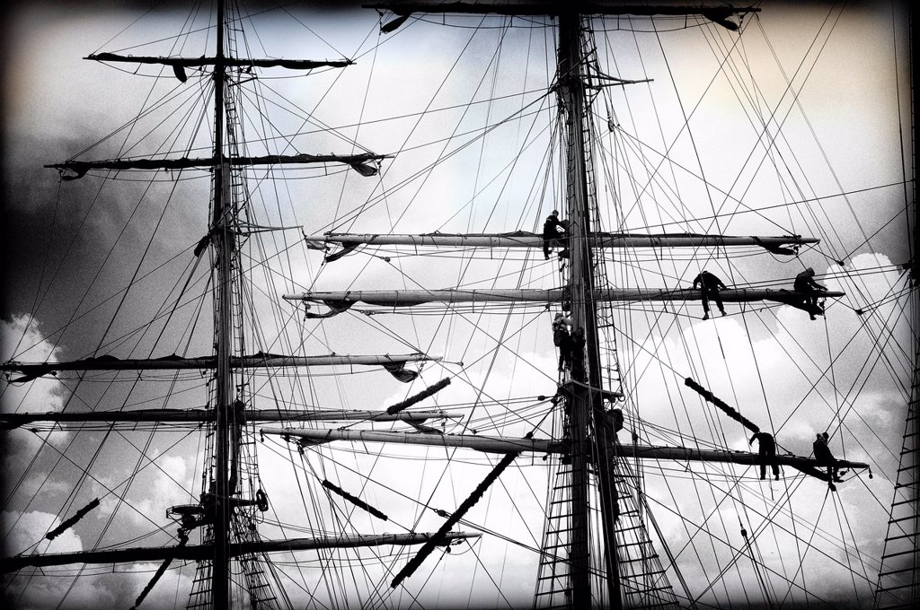 Stock Photo: 1566-1178415 Detalle de marineros trabajando en los mastiles de un barco de epoca, Detail of sailors working on the masts of a vintage yacht,