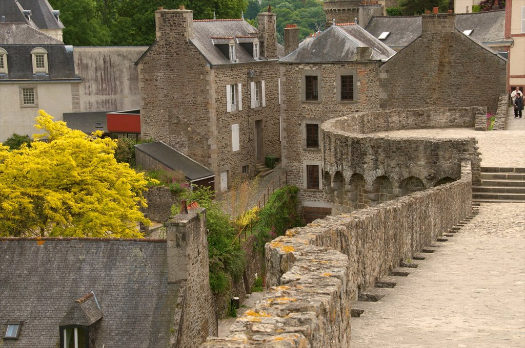 Town ramparts, 13th 15thc and tower Old town, Dinan, Brittany, Cotes d´Armor, France : Stock Photo
