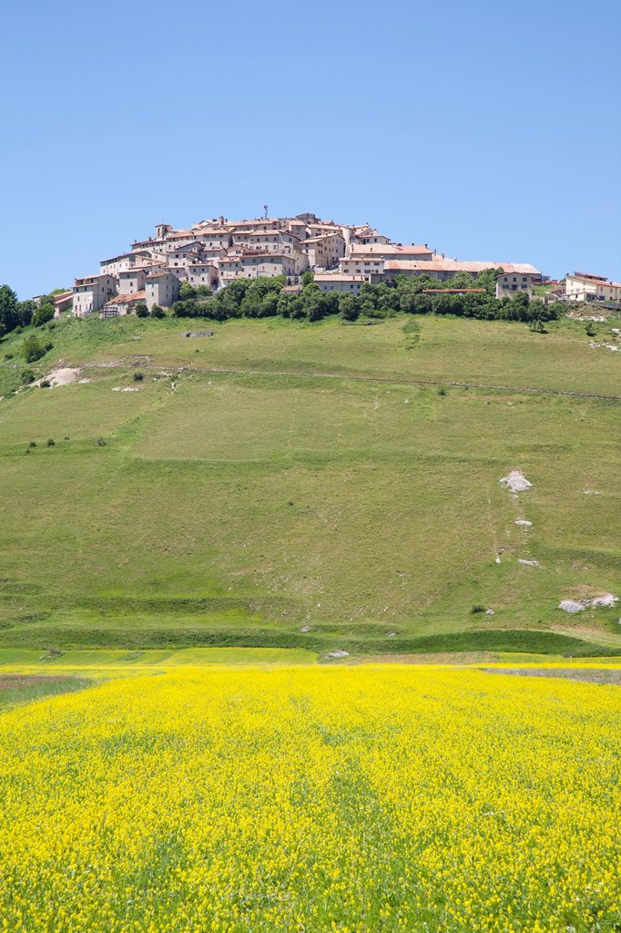 Stock Photo: 1566-1181975 landscape wiyh the village of castelluccio di norcia, umbria, italy, europe