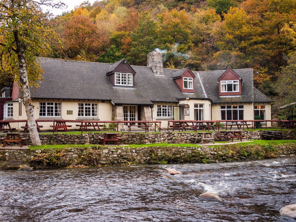 Fingle Bridge Inn beside the River Teign, Dartmoor, England : Stock Photo