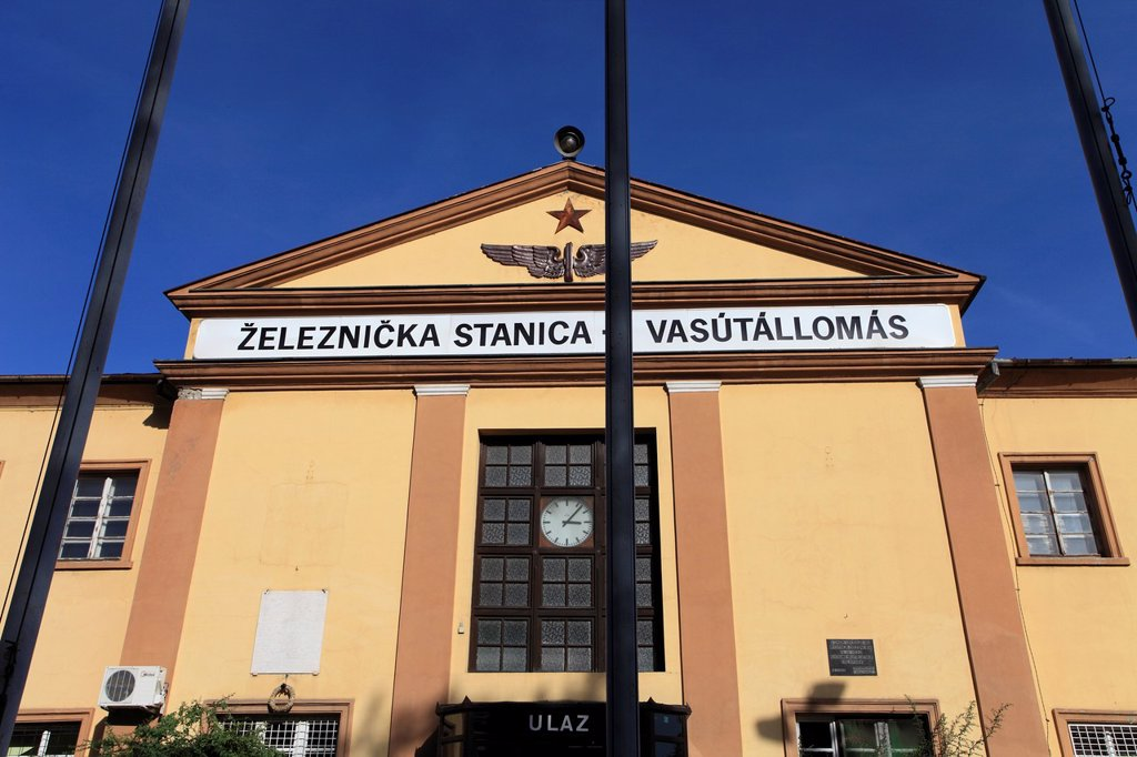 Stock Photo: 1566-1186938 Serbia, Vojvodina, Subotica, railway station, bilingual sign, Serbian, Hungarian,