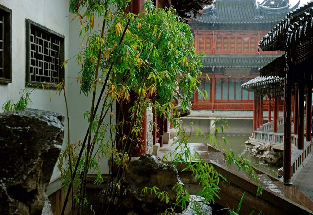 Rain pouring on the roofs of ancient Yu Garden pavillions, Shanghai : Stock Photo