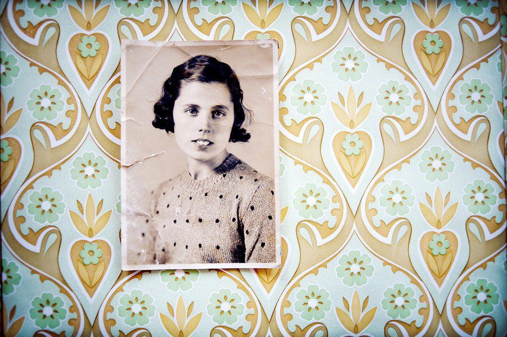 retrato en blanco y negro de mujer de los años 40 colgada en pared con papel pintado, vintage, black and white portrait of a woman in the 40´s wall-hung wallpaper, vintage, : Stock Photo
