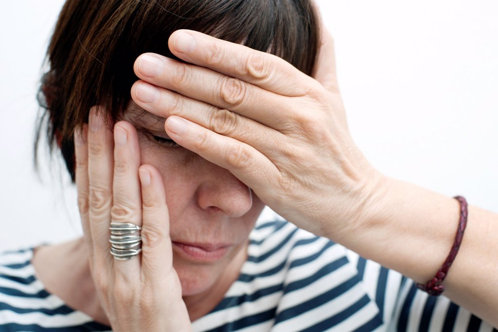 Stock Photo: 1566-1192237 mujer con las manos tapando la cara preocupada, woman with her hands covering her face worried,