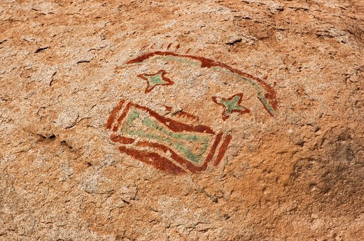 Red-and-green mask pictograph, drawn by Jornada Mogollon peoples, Hueco Tanks State Park and Historic Site, near El Paso, Texas, USA : Stock Photo