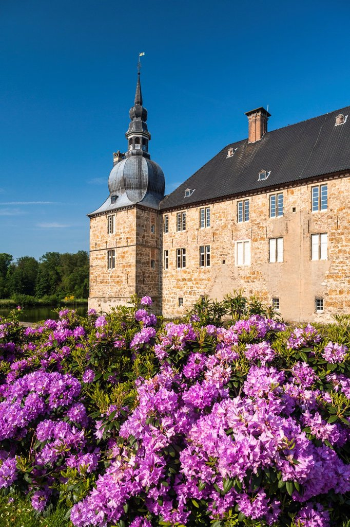 The picturesque moated castle of Lembeck, North Rhine-Westphalia, Germany, Europe : Stock Photo