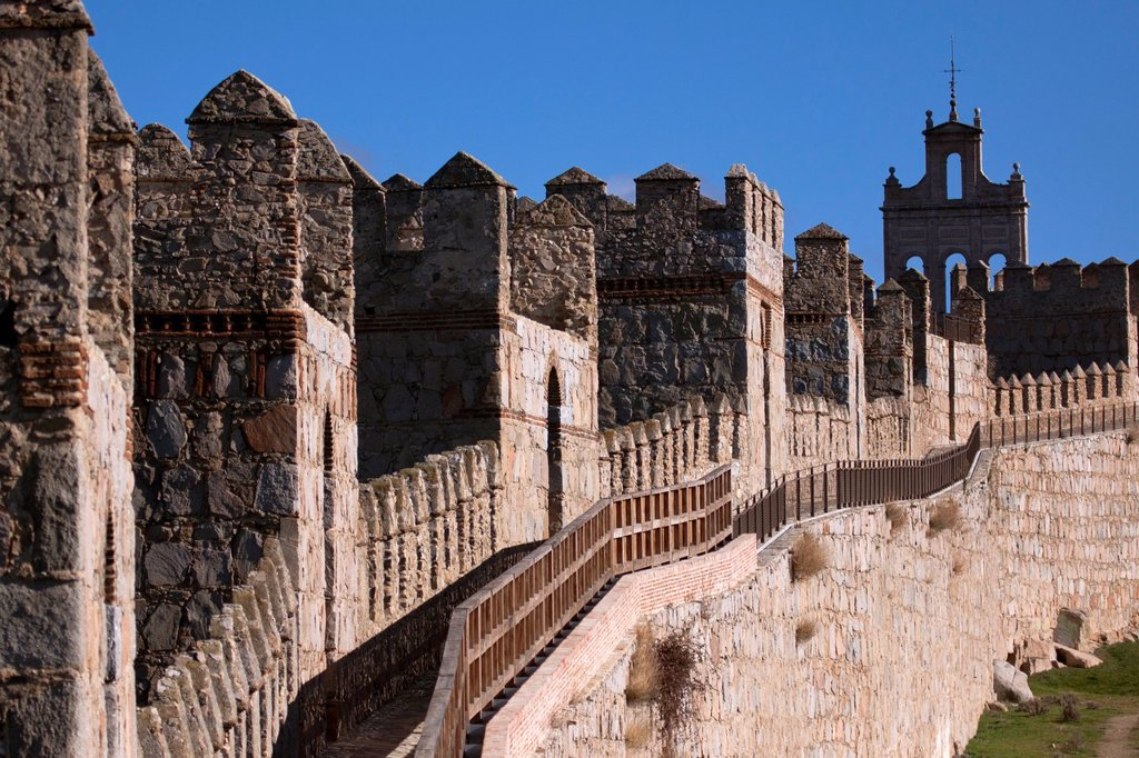 Adarve de la Muralla de Ávila con la Espadaña del Carmen al fondo : Stock Photo
