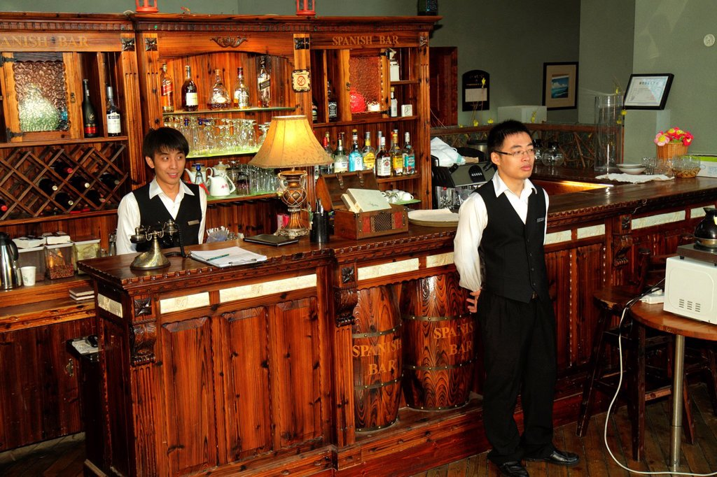 Stock Photo: 1566-1199387 China, Shanghai, Dianchi Road, Huangpu District, Manhattan Bund Business Hotel, Asian, man, waiter, employee, bar, bartender, service, employee,