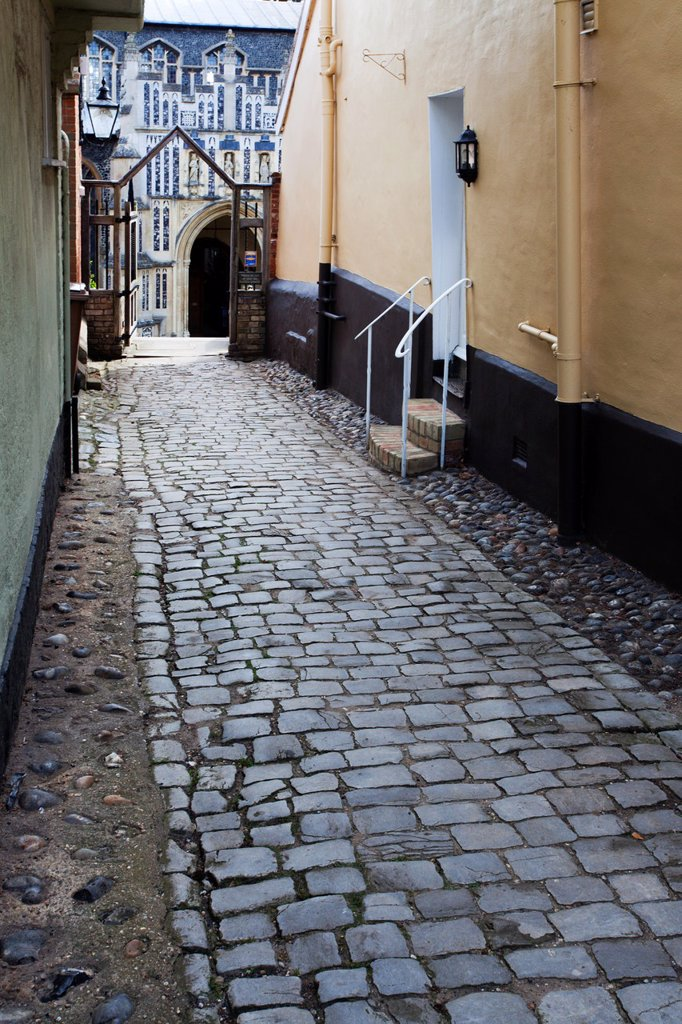 Cobbled Passageway to St Marys Church Woodbridge Suffolk England : Stock Photo