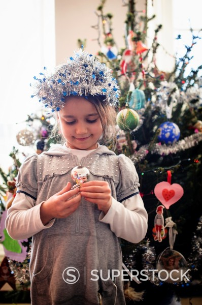 Stock Photo: 1566-1215033 portrait of little girl with Christmas decorations near the Christmas tree