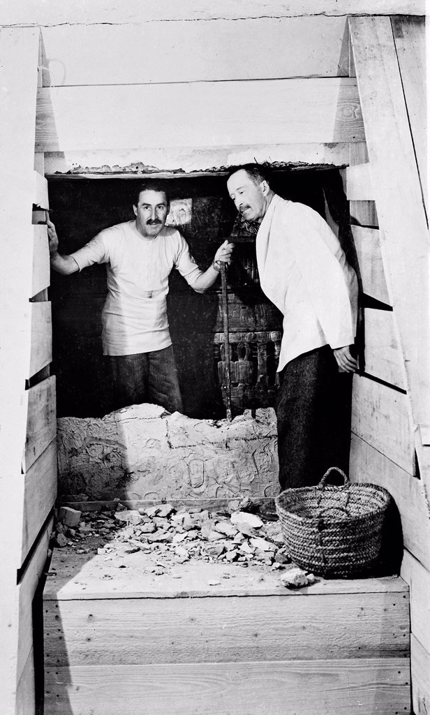 Howard Carter who discovered Tutankhamun´s Tomb in the Valley of the Kings, Luxor, Egypt  November 1922 on the left inside the tomb   From the archives of Press Portrait Service formerly Press Portrait Bureau : Stock Photo