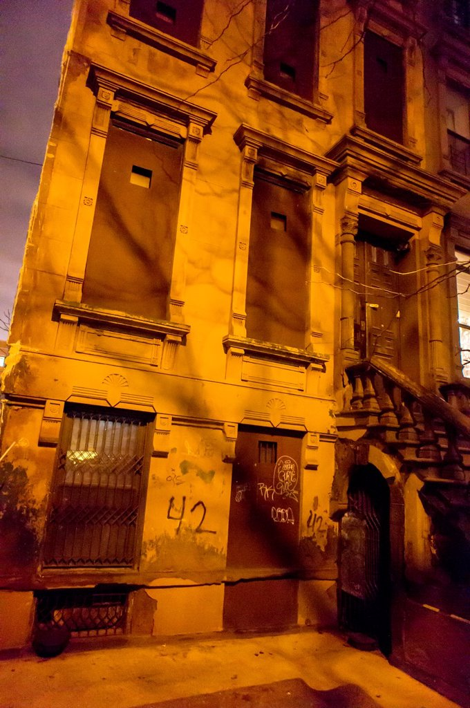 Dilapidated brownstone waiting for restoration in Harlem in New York : Stock Photo