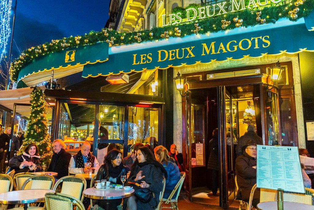 Paris, France, Street Scenes, Tourists Sharing Drinks on Terrace of Les Deux Magots Café, in Latin Quarter, Saint Germain-des-Prés, at Night : Stock Photo
