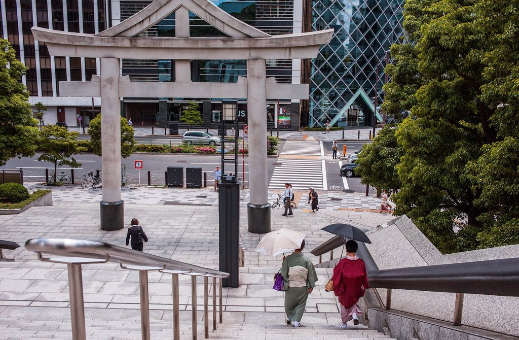 Women at main entrance of HieJinja shrine, Nagata-cho Tokyo city, Japan, Asia : Stock Photo