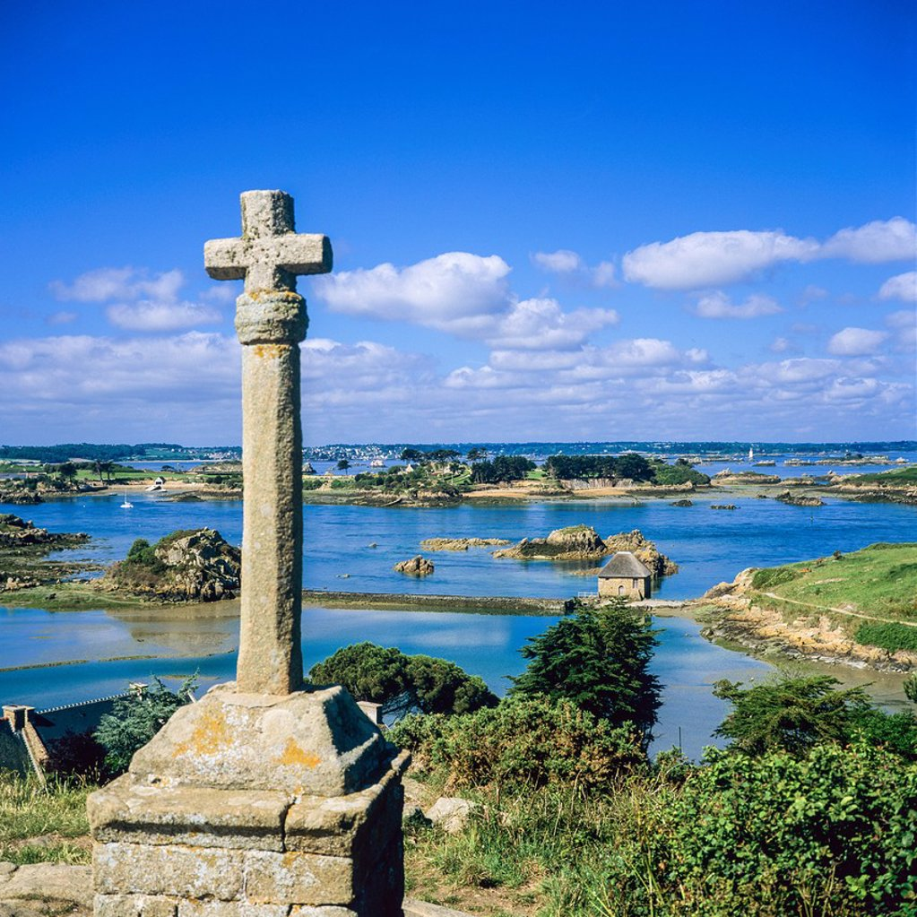 ´La Croix de Maudez´ cross 18th Century and coastline ´Bréhat´ island Brittany France : Stock Photo