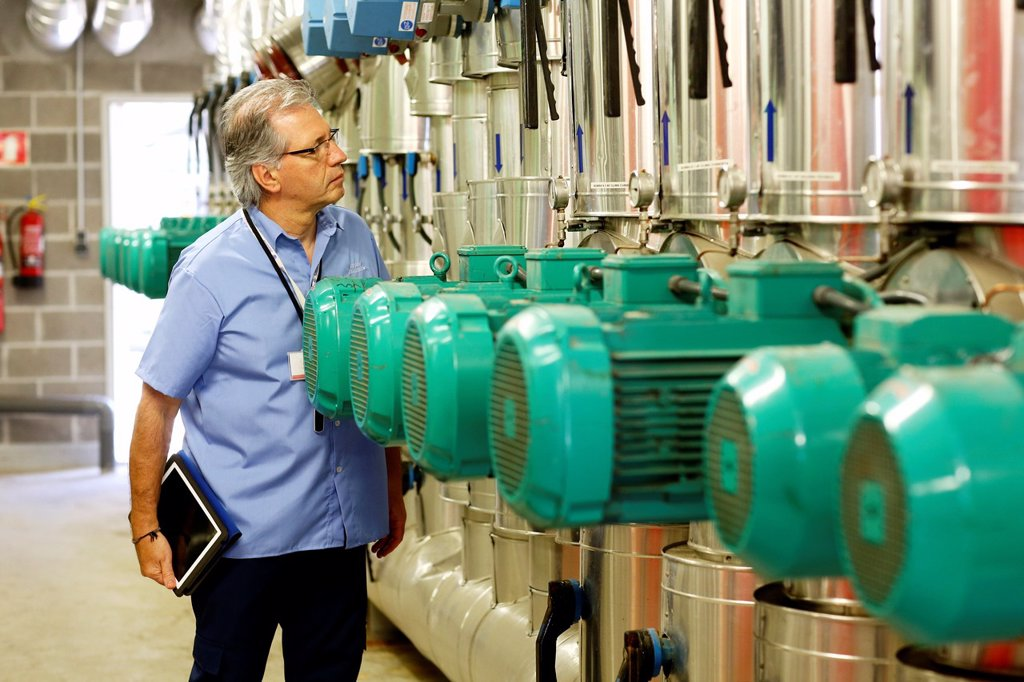 Stock Photo: 1566-1248550 Maintenance Technician, Pumps ventilation and air conditioning, Onkologikoa Hospital, Oncology Institute, Case Center for prevention, diagnosis and treatment of cancer, Donostia, San Sebastian, Gipuzkoa, Basque Country, Spain ; industry