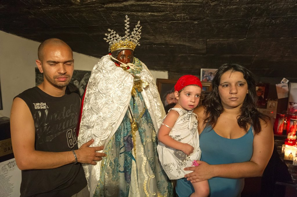 Europe, France, Bouche-du-Rhone, 13, Saintes-Marie-de-la-Mer, pilgrimage of gypsies  Gypsie family front of the black virgin : Stock Photo