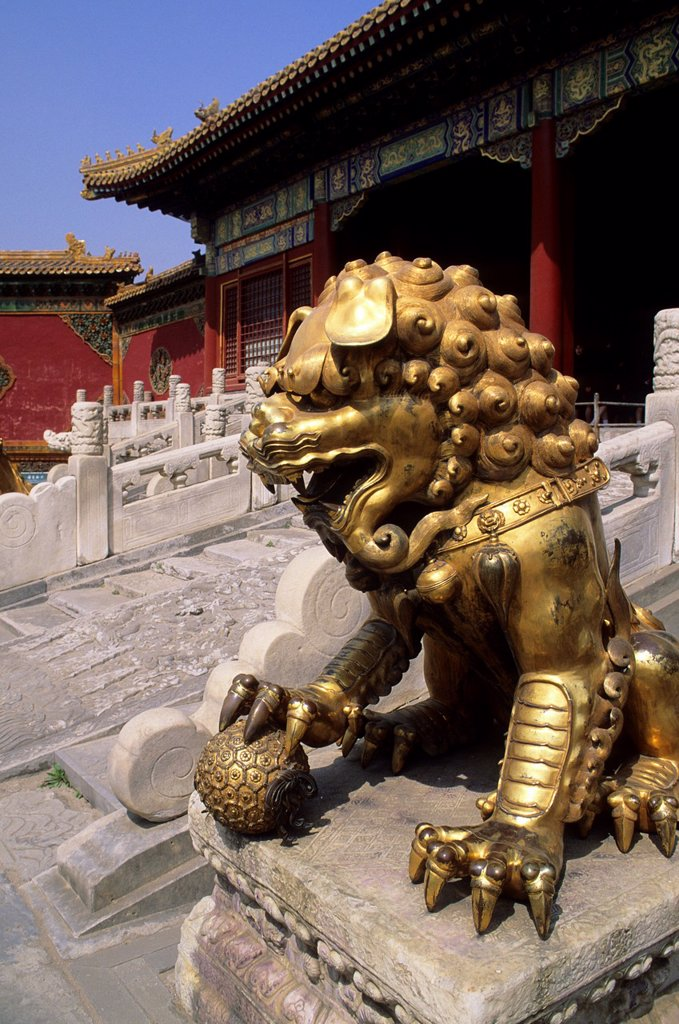 Stock Photo: 1566-1348172 CHINA, BEIJING, FORBIDDEN CITY, BRONZE LION.