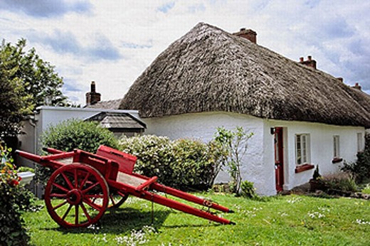 Traditional thatched cottage and horse cart at fore in Adare. Co. Limerick, Ireland : Stock Photo