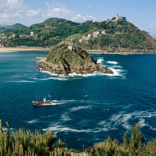 Stock Photo: 1566-257363 La Concha bay with Santa Clara island and Igeldo mount in background. San Sebastián. Guipúzcoa. Spain